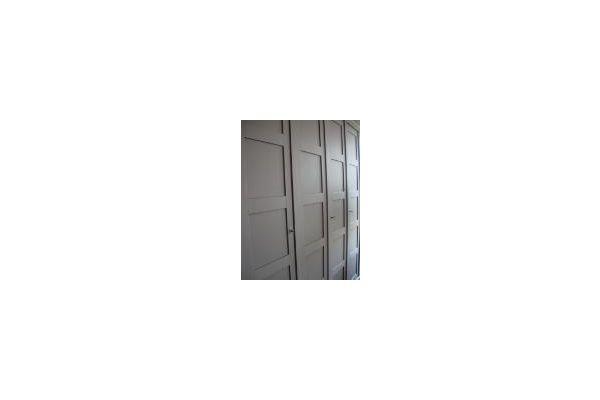 Strakke maatwerkkast met gesloten deuren